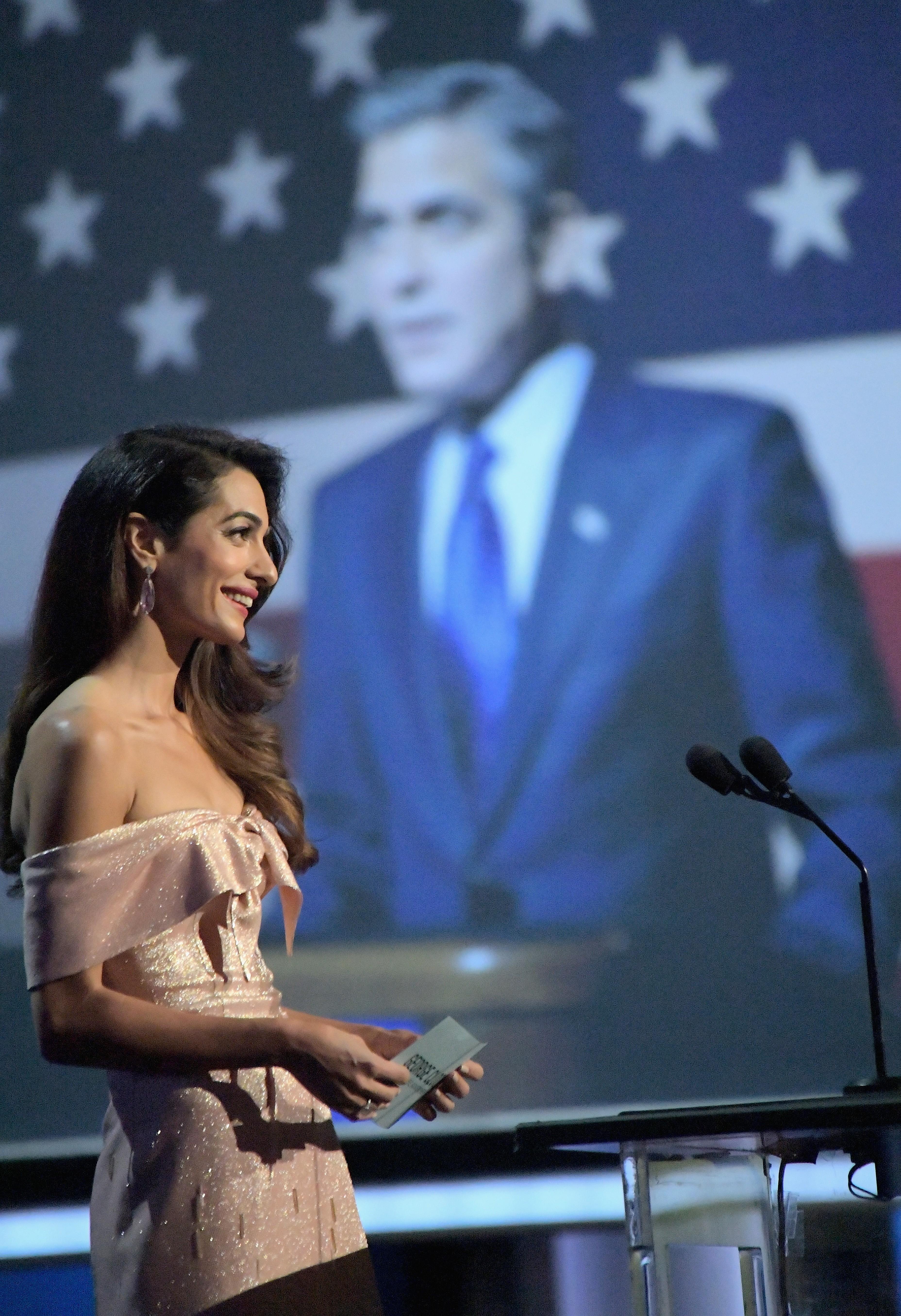 A advogada Amal Clooney em seu discurso em homenagem ao marido, o ator George Clooney (Foto: Getty Images)