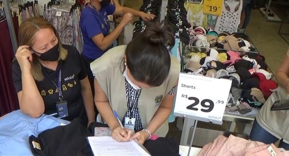 Agentes aplicaram multas em comércios de Campinas (SP) que desrespeitaram as regras de prevenção à Covid-19 — Foto: Reprodução/EPTV