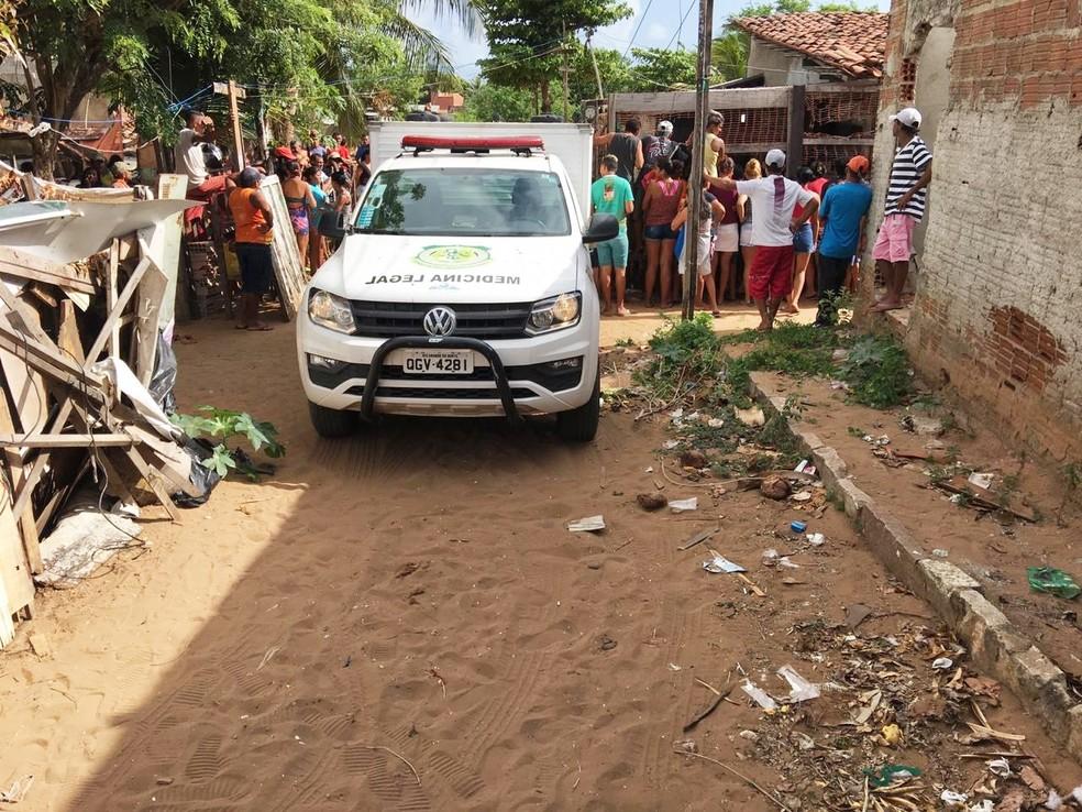 Crime aconteceu por volta das 2h, dentro de uma casa na rua Castelo Branco, perto do cemitério Bom Pastor II — Foto: Alessandro Sousa/Inter TV Cabugi