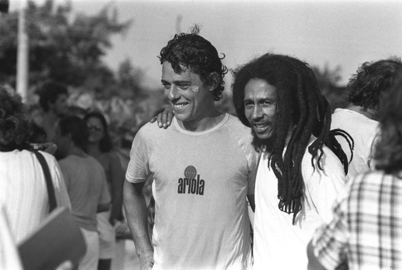 Bob Marley com Chico Buarque no campo do Polytheama, na Barra da Tijuca, em 1980