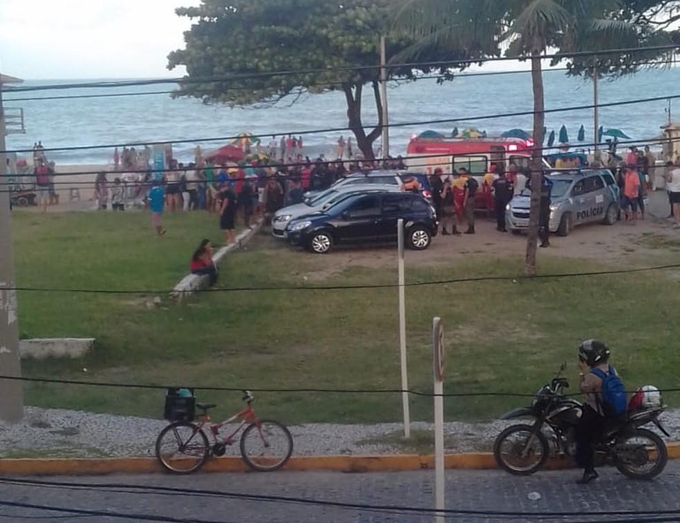 Banhistas se aglomeram em praia no Grande Recife após jovem de 18 anos ser atacado por tubarão (Foto: Reprodução/WhatsApp)