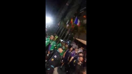 Torcedores atiram pipocas e cobram Felipão e jogadores do Palmeiras em Fortaleza; assista
