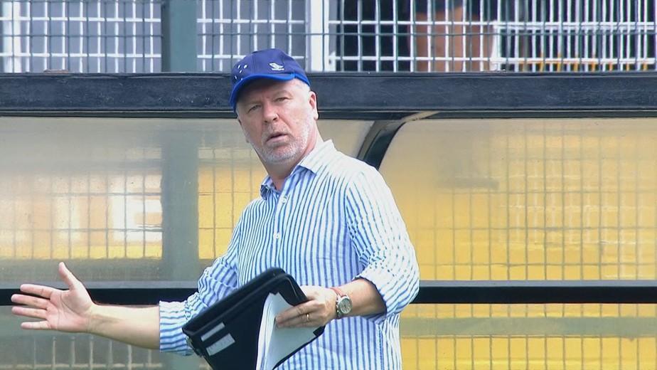 Mano lamenta postura de Deyverson, e perfil oficial do Cruzeiro trata atacante como ator