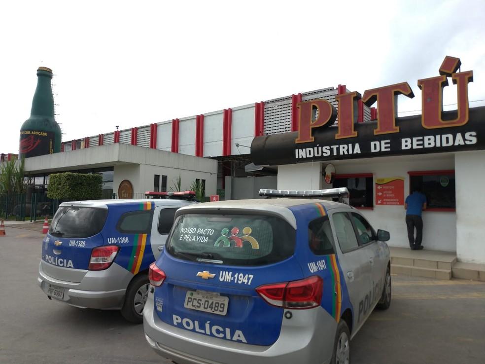 Operação Endosso cumpre mandado na fábrica da Pitú, em Vitória de Santo Antão, na Zona da Mata de Pernambuco, nesta terça-feira (30) — Foto: Wagner Sarmento/TV Globo