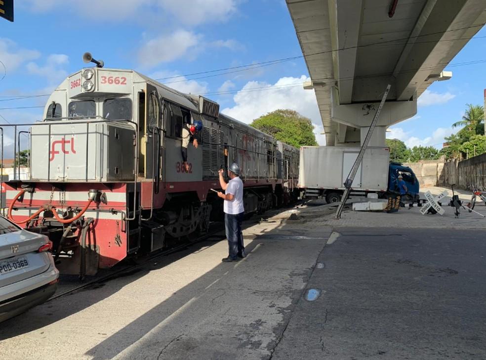 O motorista e um passageiro foram retirados das ferragens e levados para uma unidade hospitalar. — Foto: João Pedro Ribeiro/TV Verdes Mares