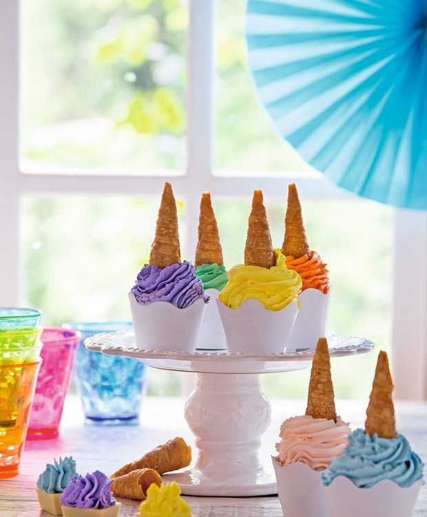 Canudinhos de massa folhada remetem aos chifres de unicórnios nos cupcakes coloridos da MiniDelli. Enfeite azul (ao fundo) Rica Festa, prato ID Rent Design (Foto: Cacá Bratke / Editora Globo)