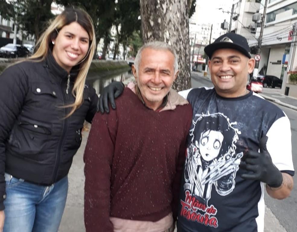 Gomes ao lado da esposa, Jéssica, que o ajuda nas ações com moradores de rua (Foto: Arquivo Pessoal)
