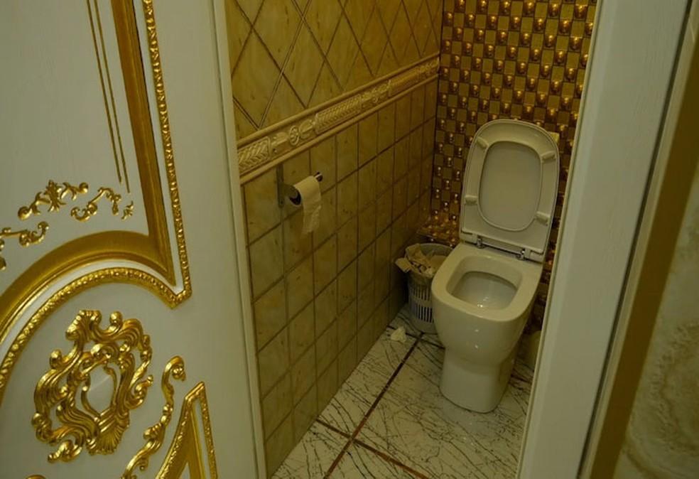 Banheiro é decorado com ouro (Foto: Reprodução/G1)