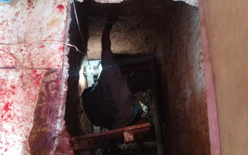 Polícia Militar encontra túnel que seria usado para fuga de presos em Mineiros  — Foto: Reprodução/TV Anhanguera