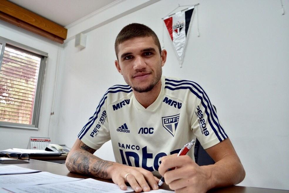 Morato assina renovação de contrato com o São Paulo até 2023 — Foto: Juca Pacheco / saopaulofc.net