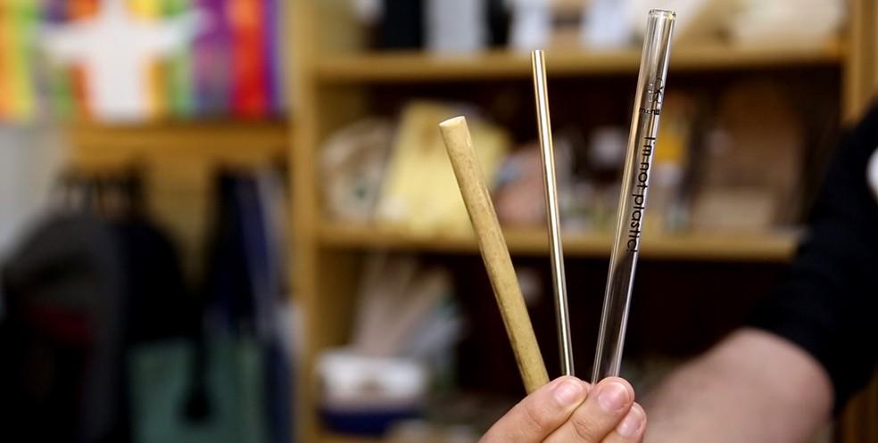 Além do canudo de papel, existem várias opções que já estão sendo comercializadas, como o caso dos canudinhos de bambu, o canudinho de inox e o de vidro — Foto: Marcos Serra Lima/G1