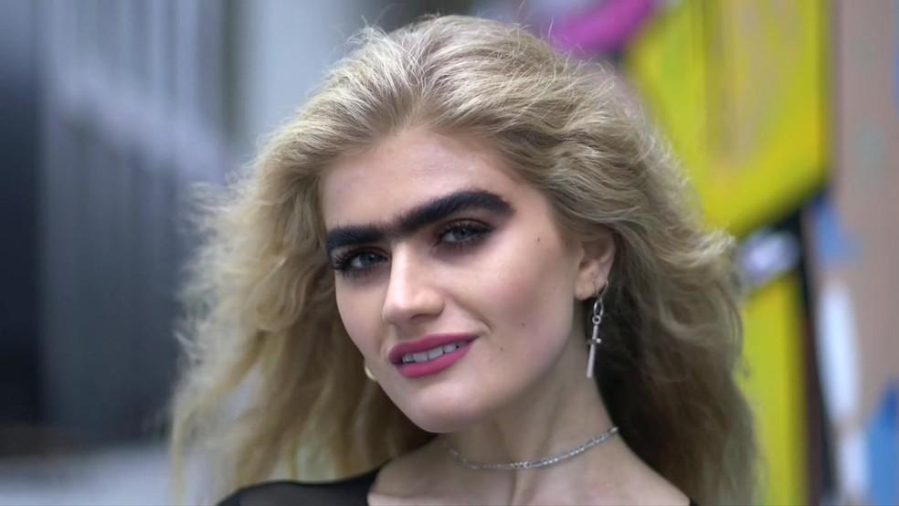 Sophia Hadjipanteli, a modelo que desafia estereótipos de beleza ostentando 'monocelha' (Foto: BBC)