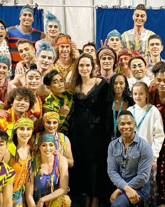 Angelina Jolie with her children Zahara, and Vivienne at the side of the cast of the Cirque du Soleil show (photo: Instagram)