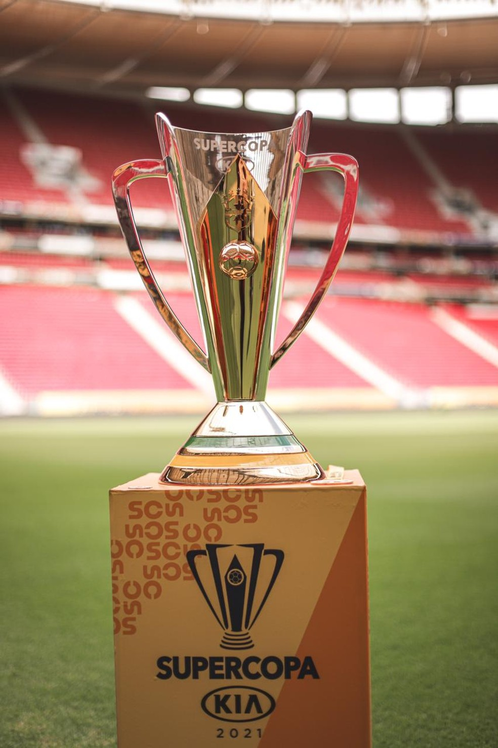 Troféu da Supercopa no Mané Garrincha — Foto: Ricardo Ribeiro
