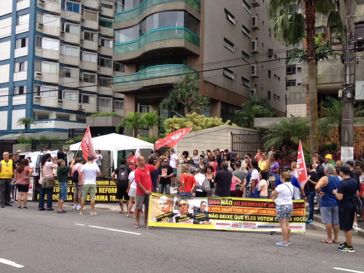 Grupo protesta contra a Reforma da Previdência em frente ao prédio de Beto Mansur, em Santos
