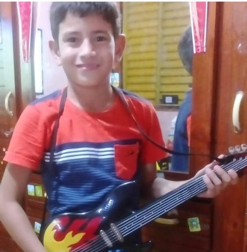 Vítima de bala perdida, menino de 10 anos brincava de bicicleta na rua de casa quando foi atingido, diz família — Foto: Arquivo Pessoal