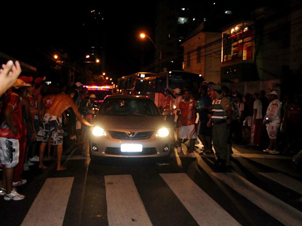 Confusão na frente do Náutico deixou torcedor baleado. (Foto: Aldo Carneiro / GloboEsporte.com)