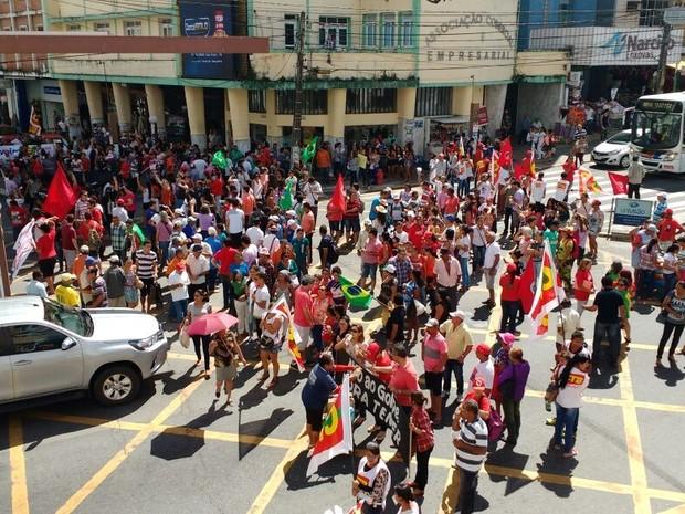 Manifestantes se reuniram em frente à prefeitura de Campina Grande (Foto: Gustavo Xavier/G1)