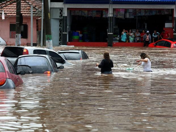 Dezenas de carros foram arrastados e encobertos pela água na Rua Padre Viegas de Menezes, no centro de Itaquera, na zona leste de São Paulo, durante o temporal que atingiu a cidade na tarde desta quarta-feira, 10. (Foto: SERGIO NEVES/ESTADÃO CONTEÚDO)