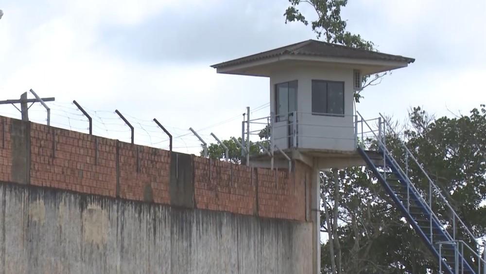 Policial penal é preso ao tentar passar celulares para detentos em Ji-Paraná, RO