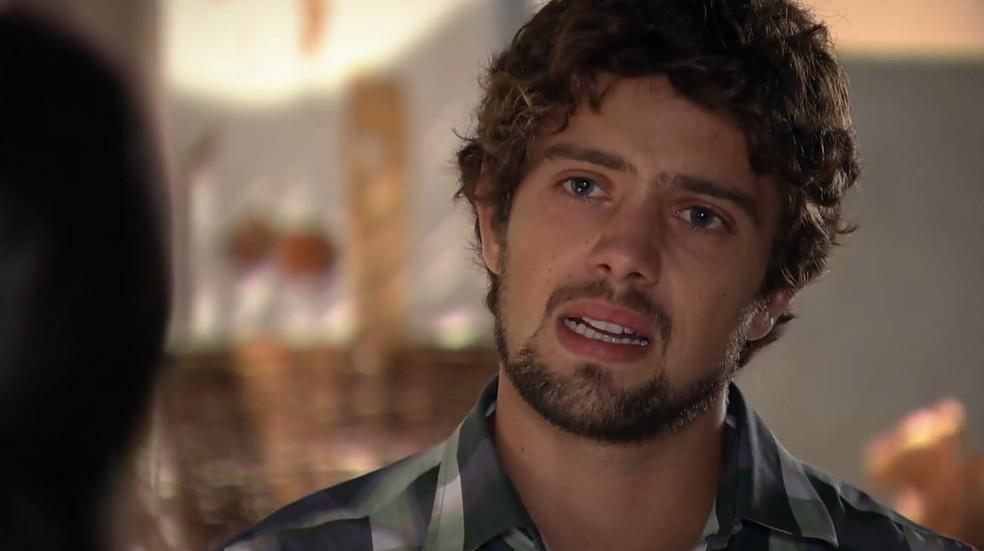 Rodrigo (Rafael Cardoso) tenta se explicar em 'A Vida da Gente' — Foto: Globo