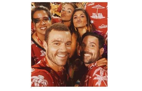 João Gomes e Talita Younan com amigos na Sapucaí Reprodução/Instagram