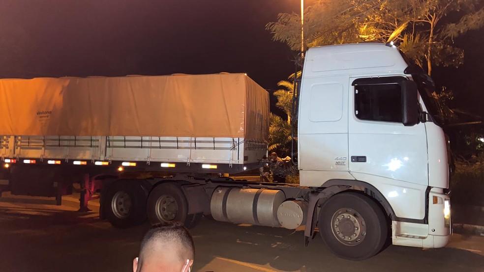 Droga estava escondida em caminhão abordado em Votuporanga — Foto: Fernando Daguano/TV TEM