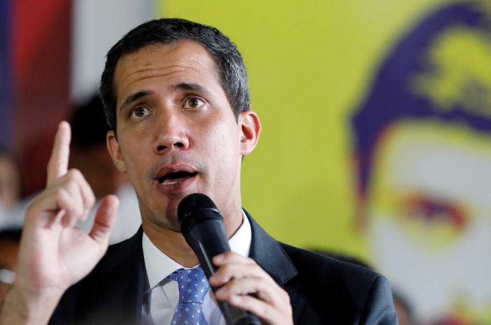 Líder da oposição venezuelana, Juan Guaidó, faz discurso em Caracas na segunda-feira (18)  — Foto: Manaure Quintero/ Reuters