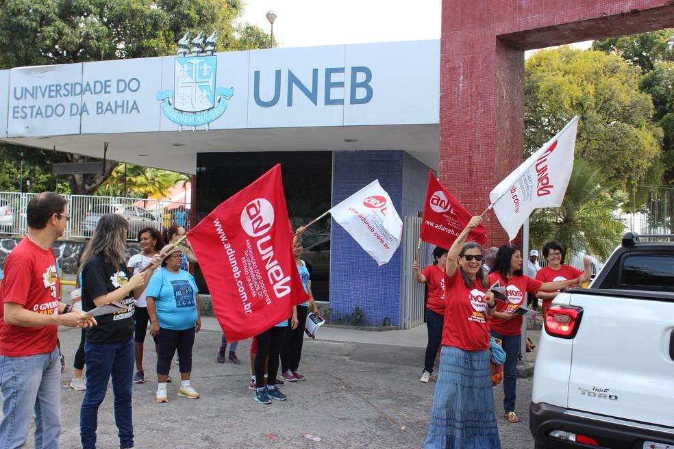 Mobilização começou com panfletagem na porta da Uneb Salvador — Foto: Divulgação/Aduneb