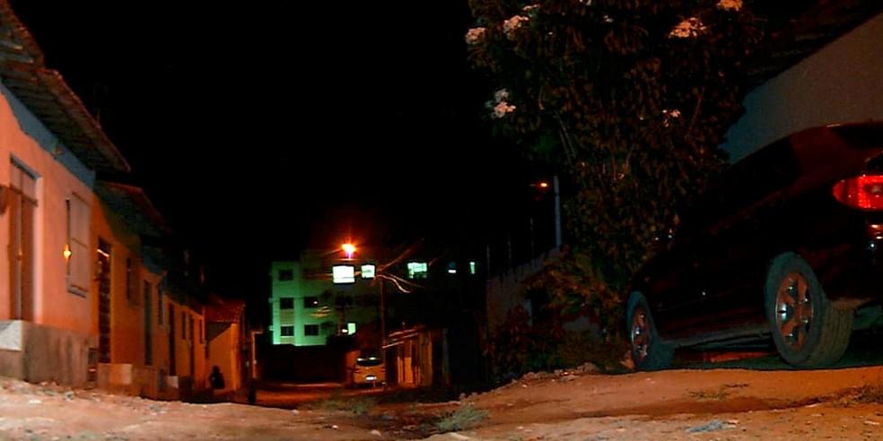 Vítimas estavam na calçada de casa em Pajuçara, Zona Norte de Natal, quando foram abordadas por criminosos, na noite desta segunda-feira (16) — Foto: Reprodução/Inter TV Cabugi