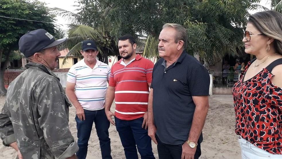Família de Danielle encontram com o homem que ajudou a prender Zé do Valério — Foto: (Foto: Divulgação)