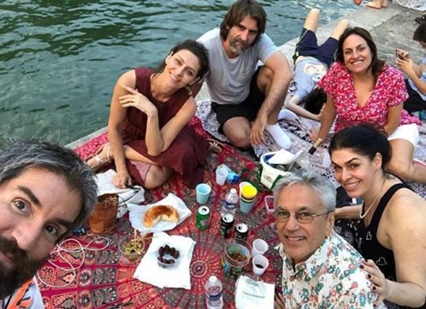 Maria Fernanda Cândido, Caetano Veloso, Paula Lavigne e familiares fazem pic-nic em Paris (Foto: Reprodução/Instagram)