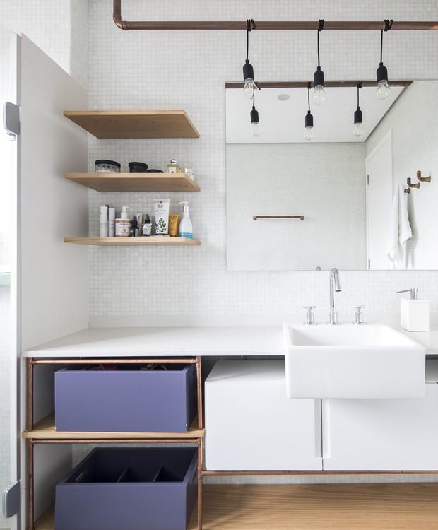 Praticidade clean: branco, uma pitada de lavanda e prateleiras abertas bastam no decor do banheiro (Foto: Maira Acayaba/Divulgação)