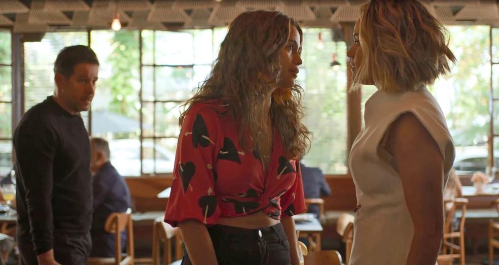 Érica (Nanda Costa) tenta acalmar os ânimos de Estela (Letícia Lima), em 'Amor de Mãe' — Foto: Globo
