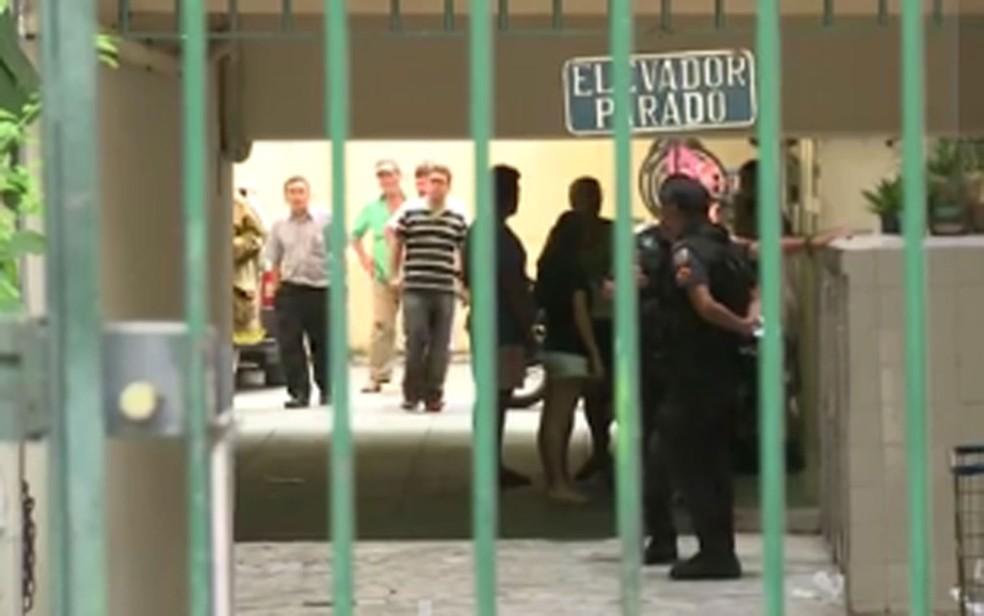 Uma pessoa morreu e outra teve as duas pernas amputadas na queda de um elevador do 11º andar de um prédio no Catete, na Zona Sul do Rio (Foto: Reprodução TV Globo)