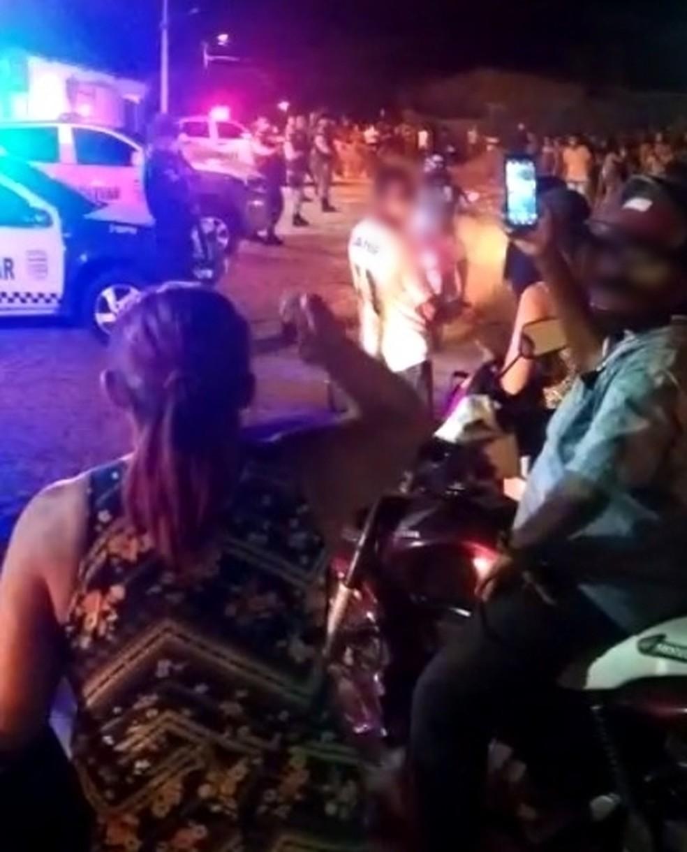 População cercou delegacia de Pau dos Ferros na noite de segunda-feira (31) e PM reforçou segurança do local. — Foto: Reprodução