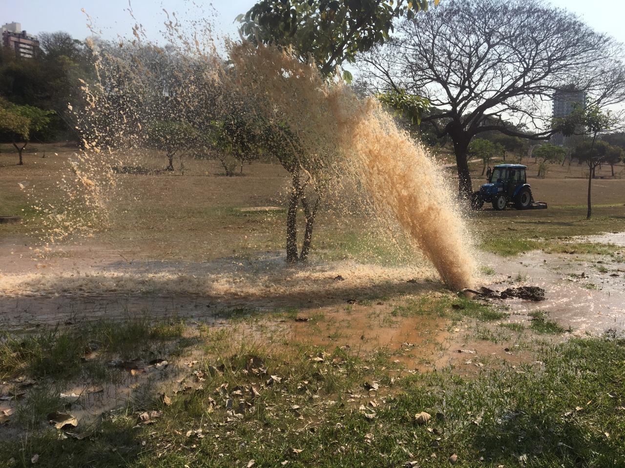 Vazamento no Parque do Povo atinge adutora que envia água para o Sesc Thermas, em Presidente Prudente - Notícias - Plantão Diário