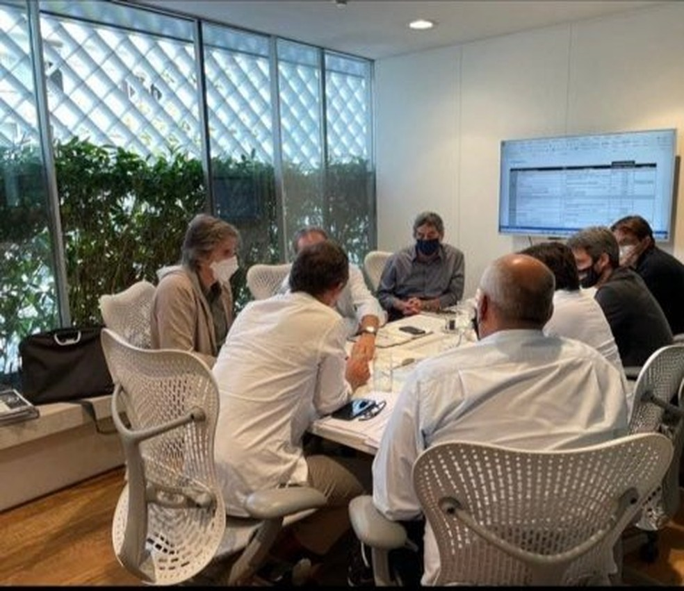 Walter Moreira Salles e Freeland com outros integrantes do projeto — Foto: Reprodução