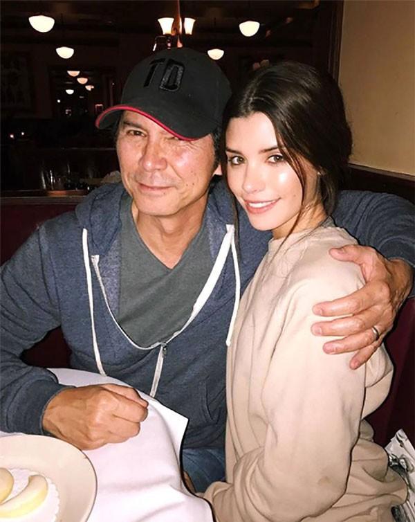 A modelo Grace Phillips, ao lado do pai, o ator Lou Dimond Phillips (Foto: Reprodução/Twitter)
