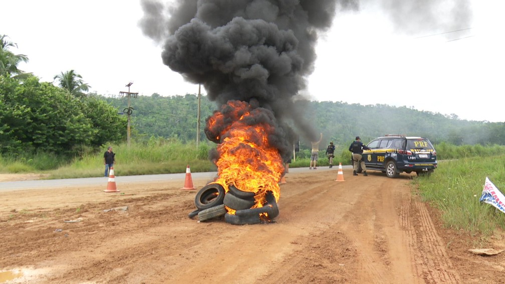 -  Pneus foram incendiados na margem da pista, provocando congestionamento na via  Foto: Rede Amazônica/G1