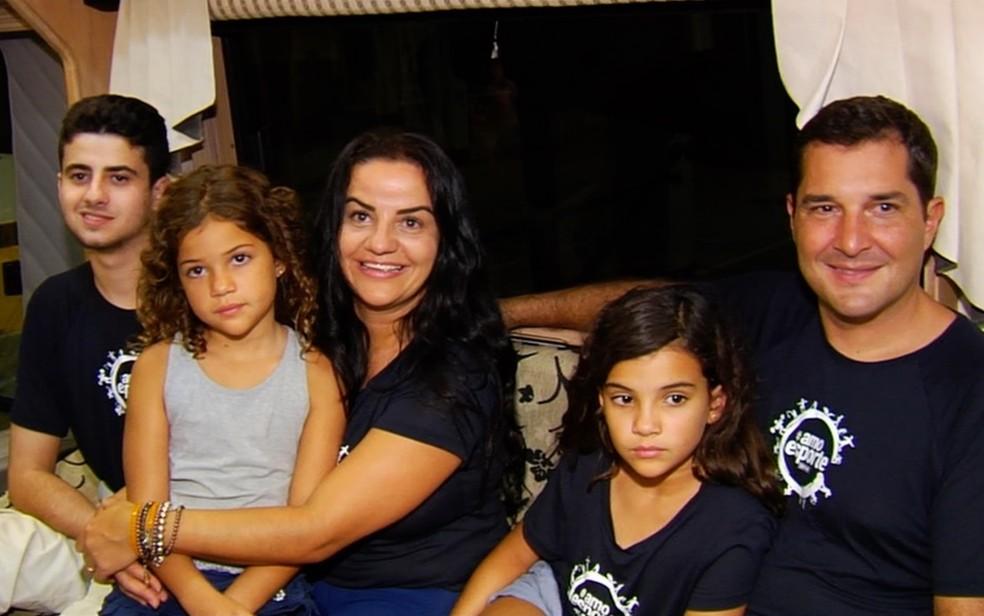 Família que vai dar a volta ao mundo em ônibus para desembarca em Goiânia  — Foto: TV Anhanguera/Reprodução