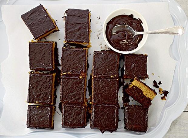 Bolo de cenoura com cobertura de chocolate (Foto: Divulgação)