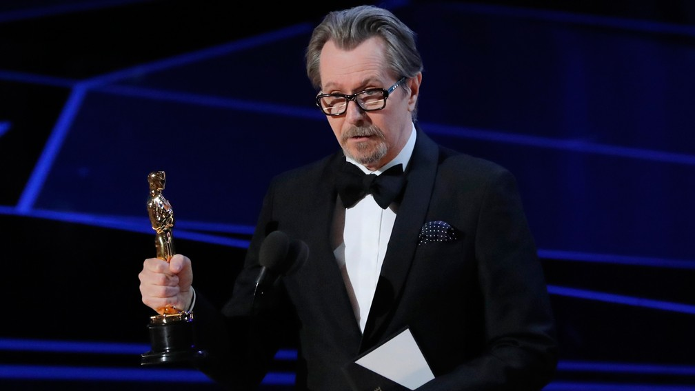 Gary Oldman leva estatueta de Melhor Ator por 'O destino de uma nação' (Foto: Lucas Jackson/Reuters)