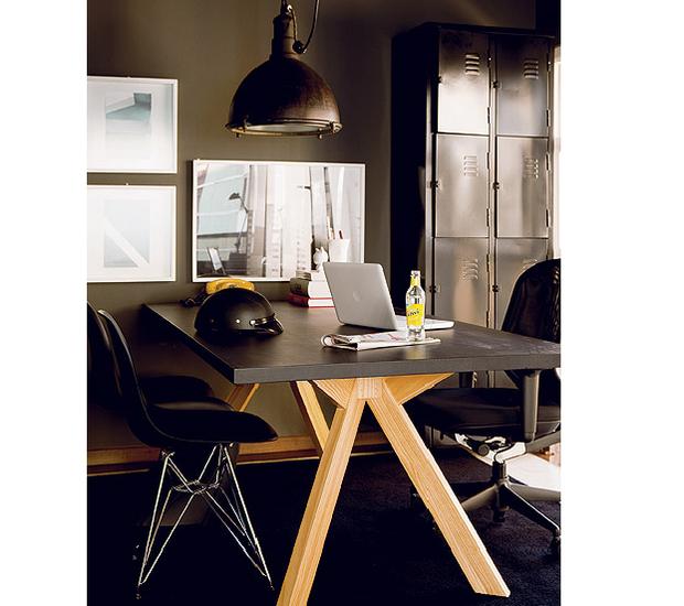 """O designer Paulo Antonio de Azeredo escolheu o preto para decorar seu apartamento. Mais do que um truque para disfarçar imperfeições, a cor tem razão de ser: """"Gosto do estilo industrial"""". Além das paredes, mesa, cadeira e armário metálico são escuros (Foto: Edu Castello/Casa e Jardim)"""