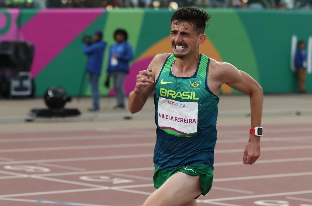 Ederson Vilela se esforça ao extremo para ficar com o ouro nos 10.000 mil metros — Foto: Reuters