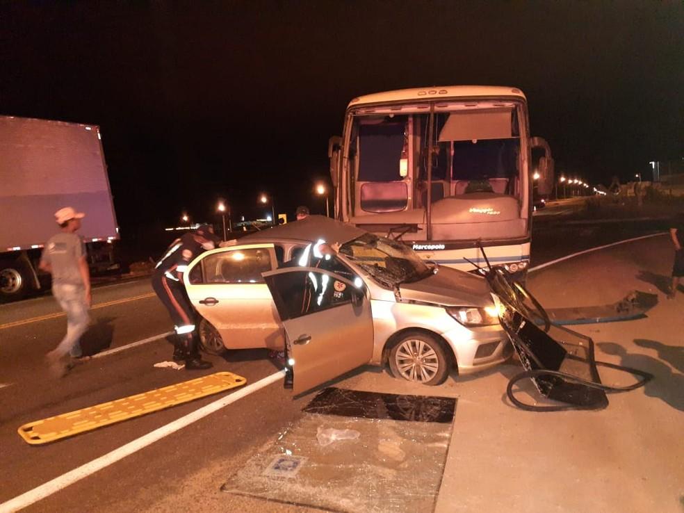 Batida entre ônibus e carro deixa homens feridos na BA-262, sudoeste da Bahia — Foto: PRE/Divulgação