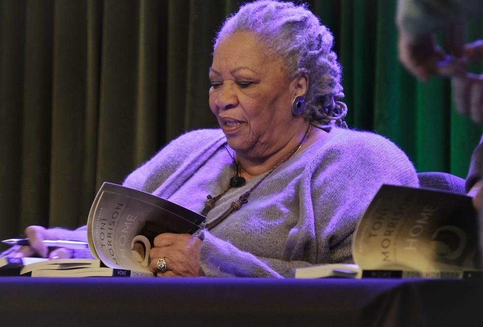"""Toni Morrison autografa seu livro """"Home"""" durante evento e Nova York, em 2013 — Foto: AP Photo/Bebeto Matthews, arquivo"""