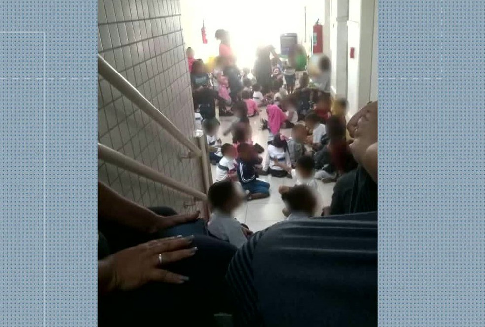 Alunos de creche no Alemão precisaram ficar agachados no corredor para se proteger de tiros — Foto: Reproduão / TV Globo