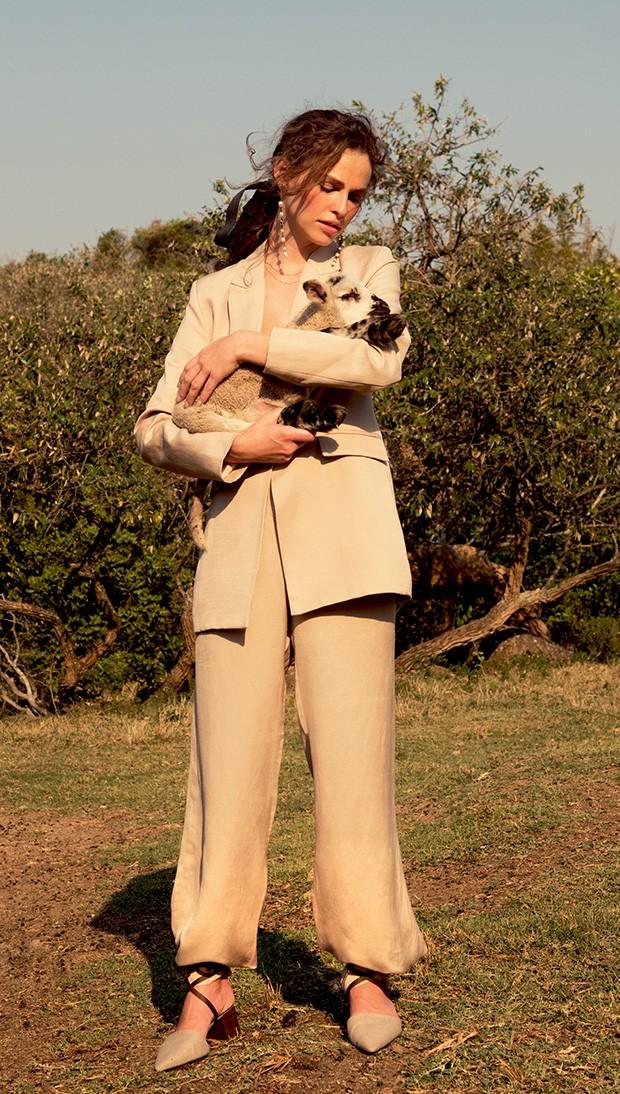 Blazer (R$ 1.379), calça (R$ 749) e sapatos (R$ 799), tudo Egrey, brincos Chanel (a partir de R$ 5.180) (Foto: Caio Ramalho)