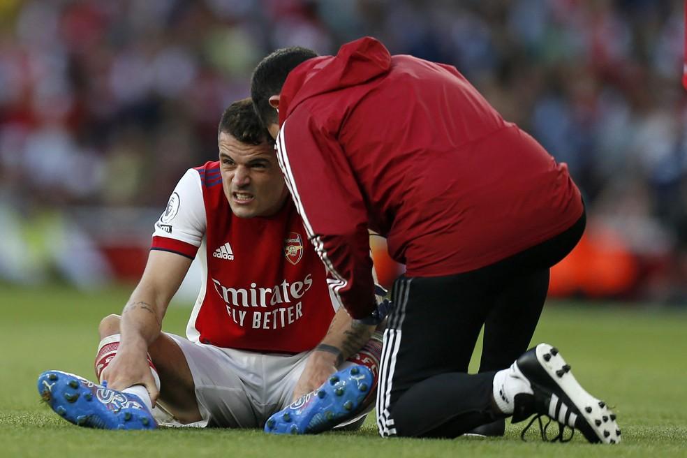 Xhaka sente lesão durante dérbi entre Arsenal e Tottenham — Foto: AFP